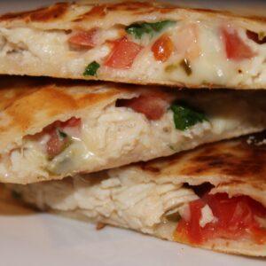 Тортилья с сыром и овощами на мангале (Томат, сыр, зелень, чесночный соус, в лепешке запеченой на мангале)